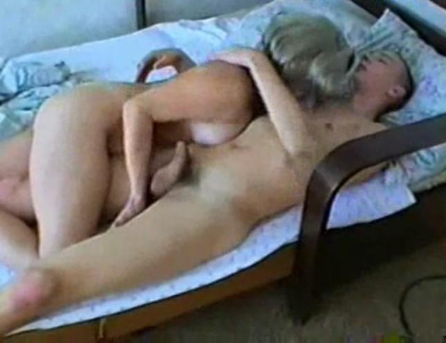 Постели смотреть сын в трахает мать спящую