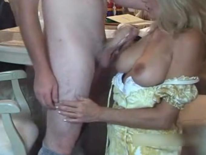 Смотреть русское порно мама увидела что сын дрочит на нее и помогла ему 24 фотография