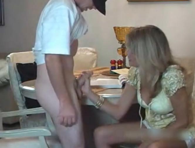 Смотреть русское порно мама увидела что сын дрочит на нее и помогла ему 14 фотография