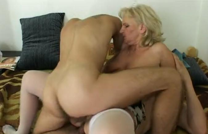 секси мама занимается сексом с сыном