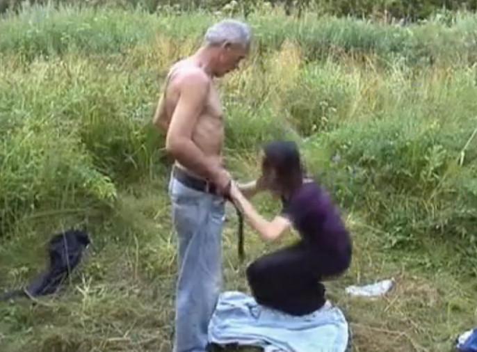 Вафлят алкашку в деревне видео порно