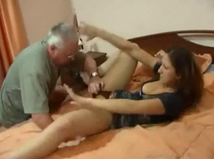 папа зек трахает и лижет падчерицу