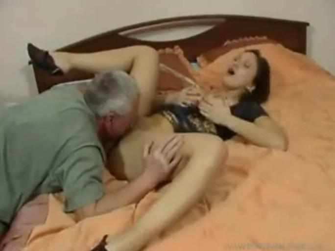 старый отец трахает свою дочку