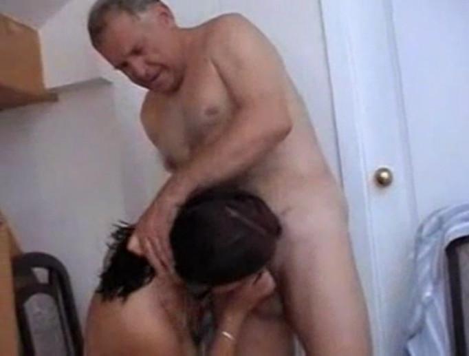 Трахает отец дочку родной