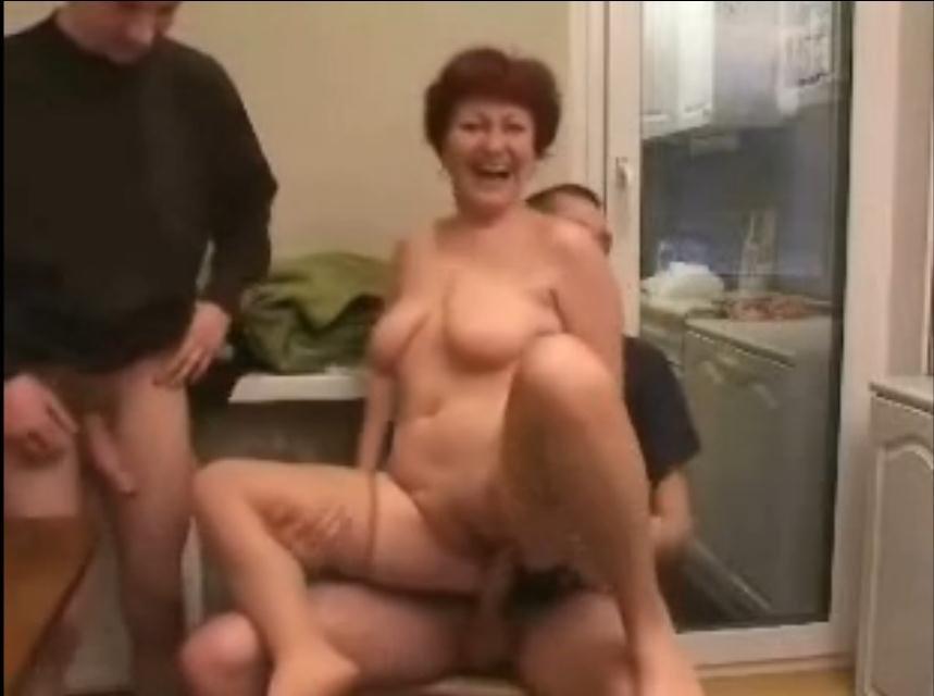 Трахнув пяну маму порно