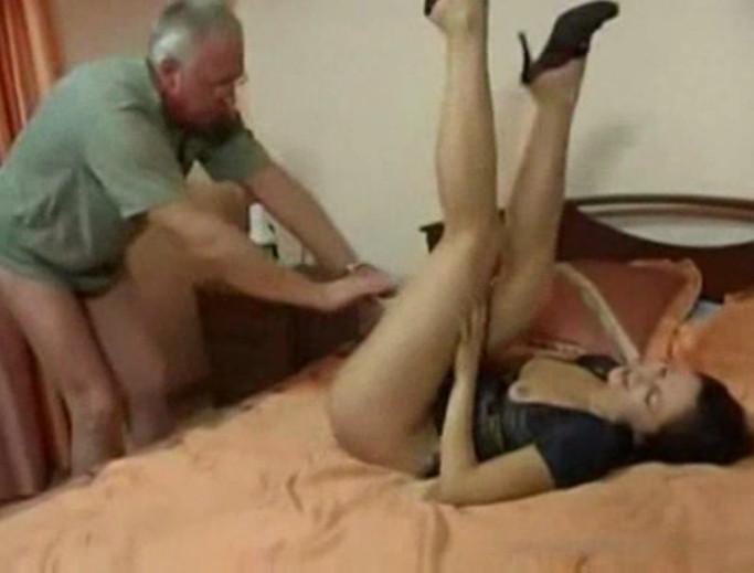 порно папа пристает к дочери