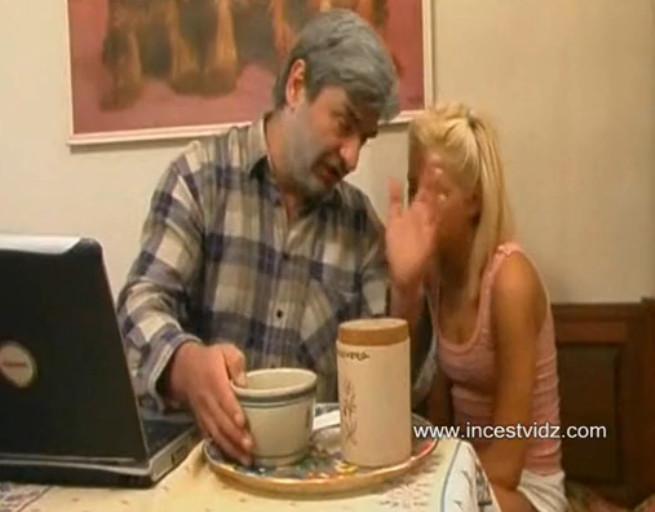 Трахнул дочь и его подругу на кухне 10 фотография