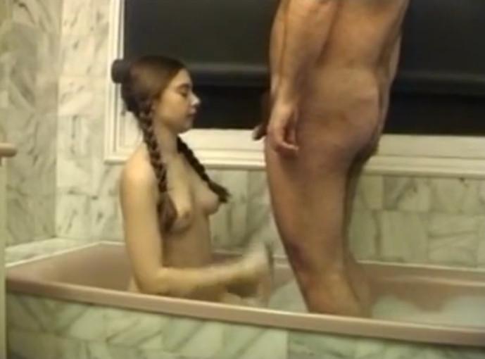Посмотреть порно папа и дочка ваной