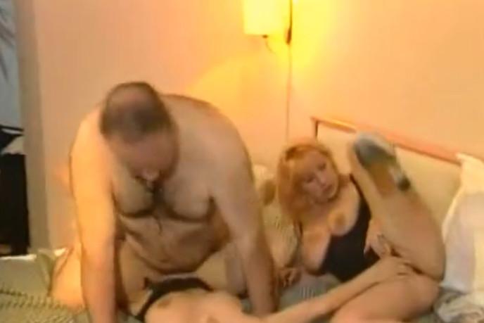 папа ебеот жену и дочку