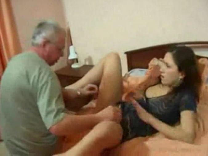 Порнобисекс отец трахнул дочь и сына