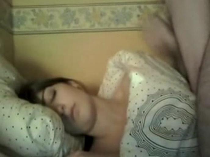 Домашнее видео, где парень сел на спящую сестру и смотря на нее достал свой