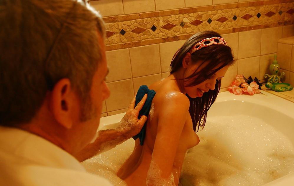 Секс дочка мылас в ваное и папа пришоль смотреть онлайн 20 фотография