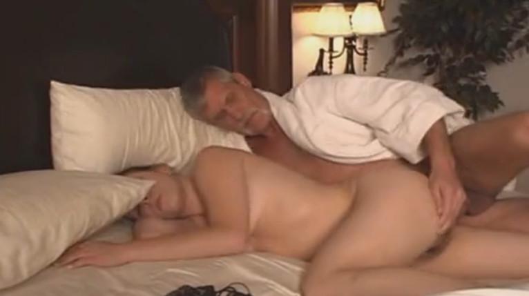 Смотреть порно отца со спящей дочкой