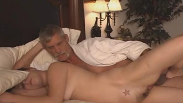 Смотреть отец выебал спящую доч онлайн