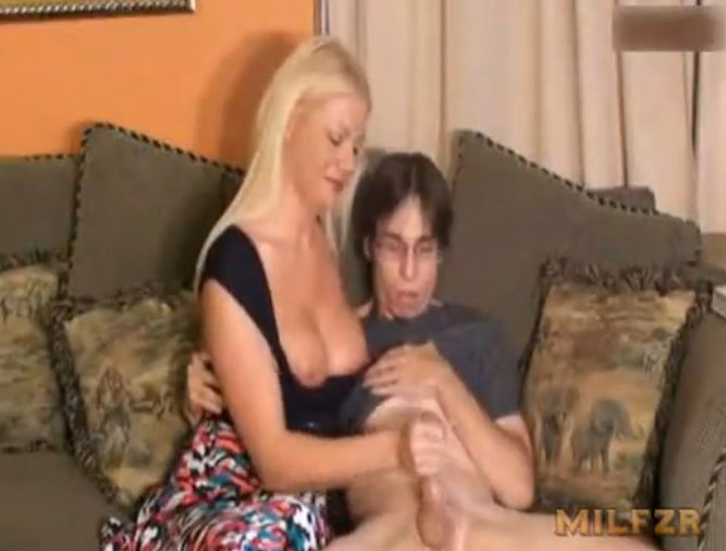 смотреть онлайн бесплатно порно мама дрочит сыну