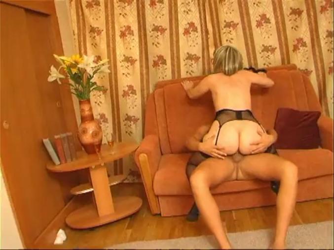 Руская мамочка в чулочках любит быстрый секс 22 фотография