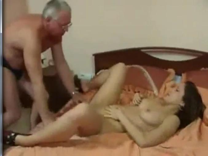 с смотреть отец порно ебёт другом дочь смотреть его