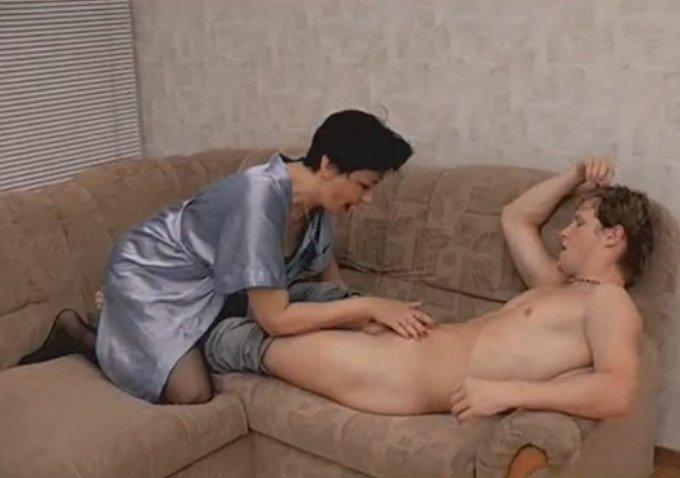 Порно онлайн мама помогает сыну 40659 фотография