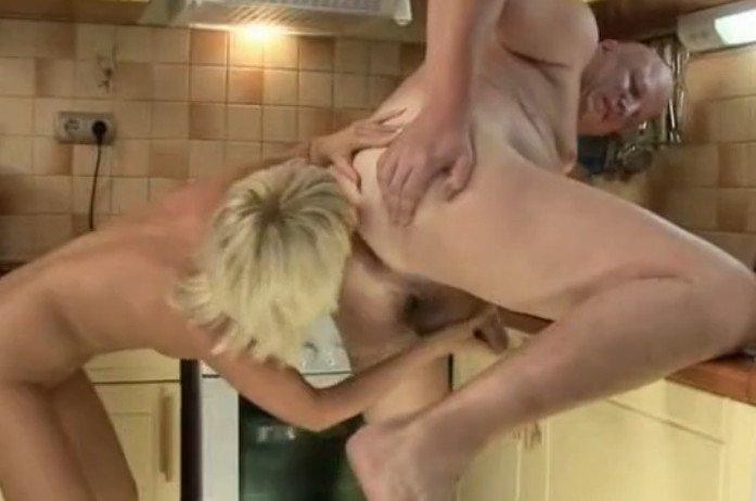 Порно мама спорно дочкой лижут зад