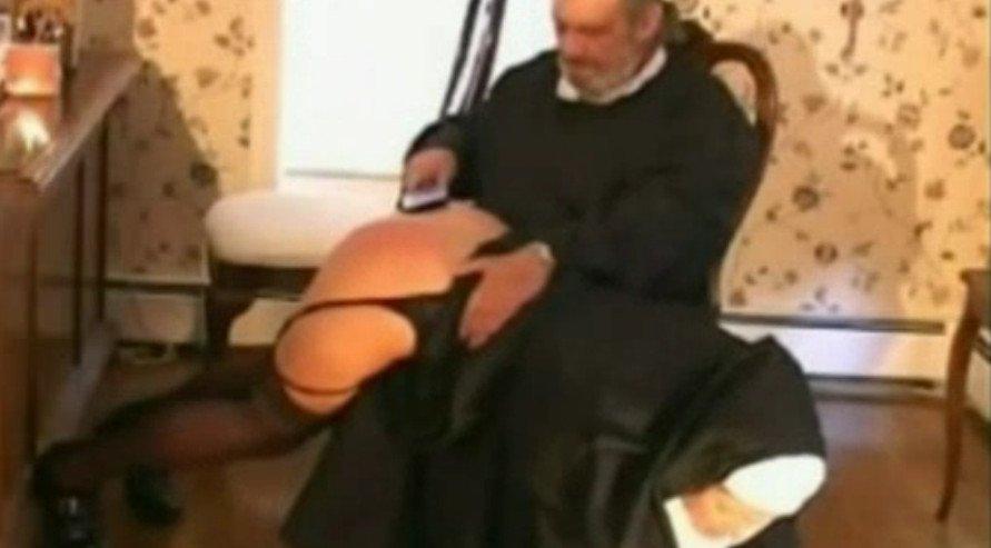 Смотреть строгий папа отшлепал дочку ремнем за плохие оценки видео