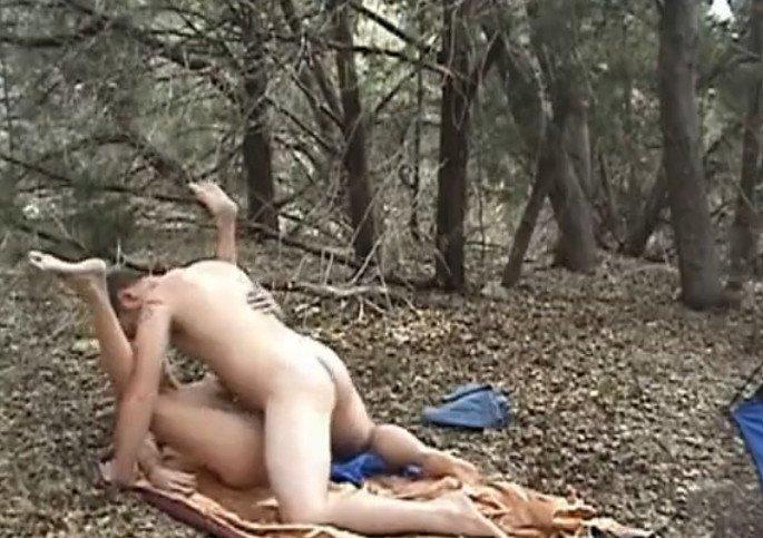 Секс в укромном месте на улице
